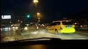 Таксиджия селяндур прави забранен ляв завой - другите са глупаци та чакат