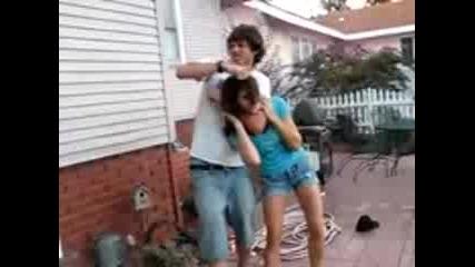 Тъпо!!! Секси момиче се боричка с гаджето си
