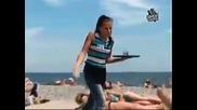 Какво правят жените на плажа, когато видят, че един мъж е яко издул гащите! Хич не пипат а?!