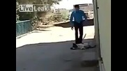 Мъж плаши до смърт спящо куче