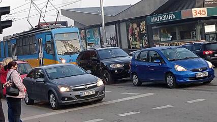 """""""Моята новина"""": Неправилно спиране върху трамвайните линии"""