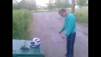 Пиян руснак си троши главата