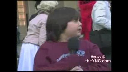Смешно стресирано дете говори пред камера 100 % смях
