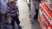 Продавач на сладолед дразни малко дете!