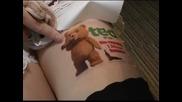 Момичетата в Токио предлагат атрактивни места за реклама – бедрата си