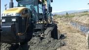 затънал мощен трактор