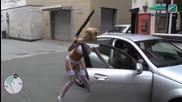 Секси момиче играе Gta по улиците на Ливърпул .