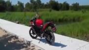 Маймунка срещу Мотоциклетист! Много Смях!
