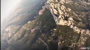 Мъж прелетява през много малка дупка с Wingsuit