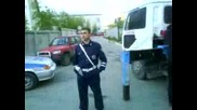 Полицай пребива гражданин!