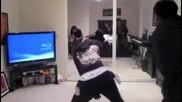 Деми тънцува страхотен танц с приятели .. !