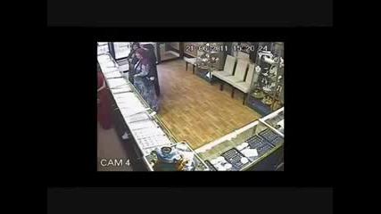 Жени обират бижутериен магазин