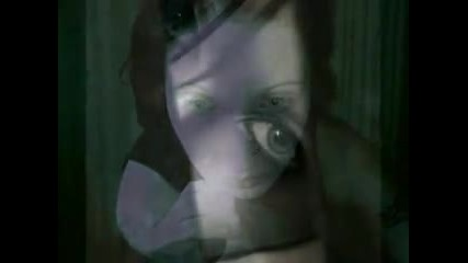 Глаза очерчены углем