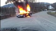 Неприятен инцидент изненадва пожарникари по време на гасене на кола