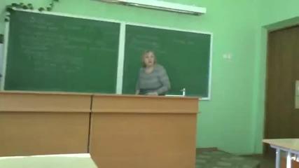 Учителка бие ученик със кошче за боклук..
