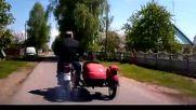 Полицията гони неуловимия моторист с кош .