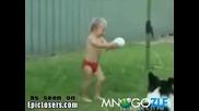 Смешно бебе не може да ритне топката