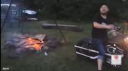 Руснак разпалва огън с мотора си - Щуро