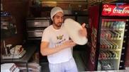 Майстор на пици демонстрира акробатични умения!