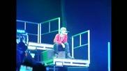 ...justin Bieber пее Down to Earth и плаче [много тъжно ; ( ]