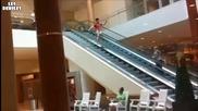 Никога не правете това на ескалатора ! С М Я Х
