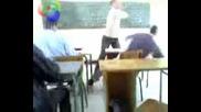 Ученик изяжда зверски шамар от учител
