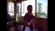 Бразилско бебе танцува на електро и на самба