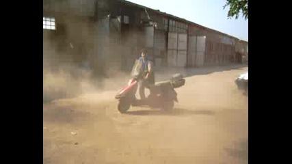 Иван върти мотопед в кръг