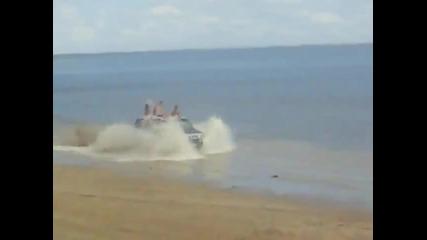 Пияни руснаци с Hummer се забавляват на плажа