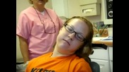Момиче Под Въздействие На Наркоза При Зъболекар