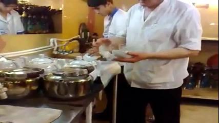 Сервитьорът, който няма нужда от табла
