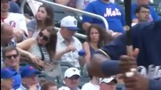 Когато стане скучно на бейзболен мач..