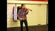 Млада Цигуларка свири прекрасно на спирка на метрото