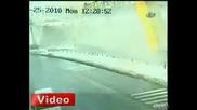 Шофьор на камион бута пешеходен мост