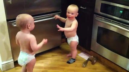 """Сладурски бебета-близнаци """"разговарят"""" Част 2"""