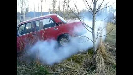направо се запалиха гумите на тая лада