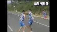 Колоездачи се млатят на сред пътя