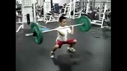 9 годишно момче вдига щанга !