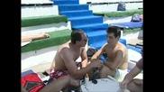 Луд репортер обарва мацки на басейн (смях)