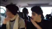 Ето това правят One Direction в колата по време на пътуване