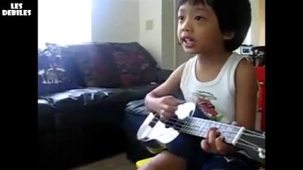Хлапе свири на китара и пее