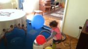 Нова любима игра с балони и прахосмукачка