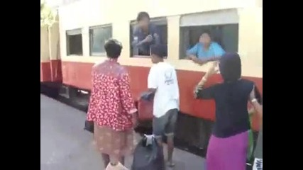 Как индийци се качват на влак