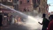 Протестиращ получава изстрел от полицейско водно оръдие в лицето !