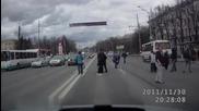 Пешеходец дава на място присъдата на шофьор с идиотско поведение !