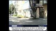 Прибират маси на заведение намиращо се върху незаконно строителство