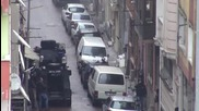Моментът, в който полицията обгражда района в Истанбул