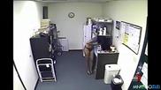Секретарка слага екстри в кафето на шефа