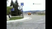 Невероятно мощна машина с луд шофйор унищожава всичко по пътя си