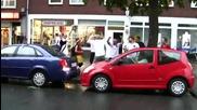 пияни германски футболни фенове надъхват жена да паркира